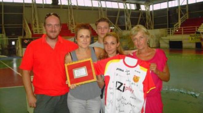 Memorial Sergio Franchini la famiglia con la targa e maglia del Bubi Merano