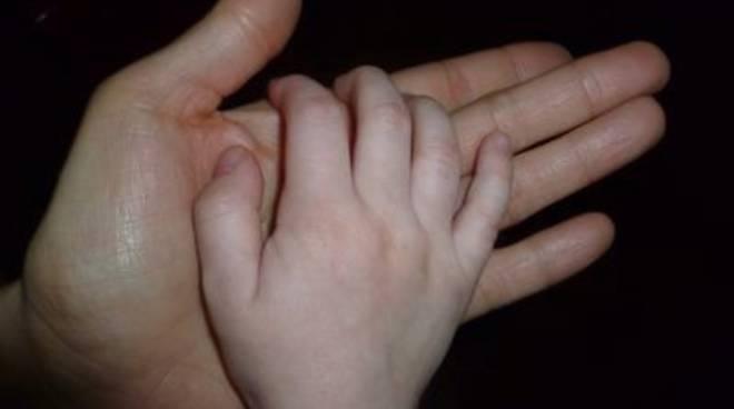 mano grande piccola famiglia figli