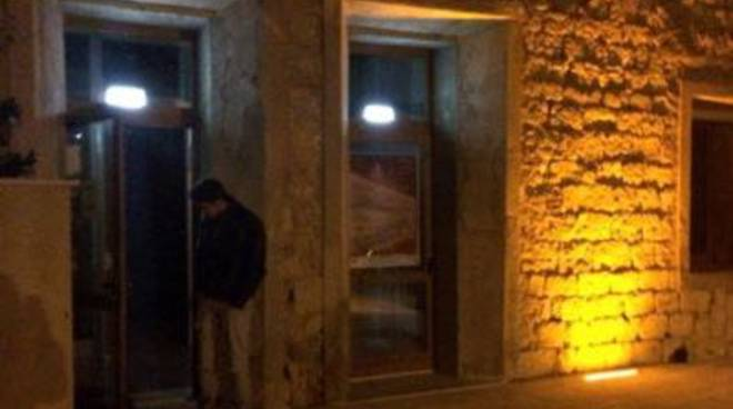 Porta Della Biblioteca Aperta In Piena Notte Ma Solo