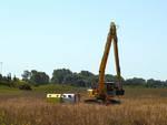 Escavatore cassonetti oasi wwf orbetello