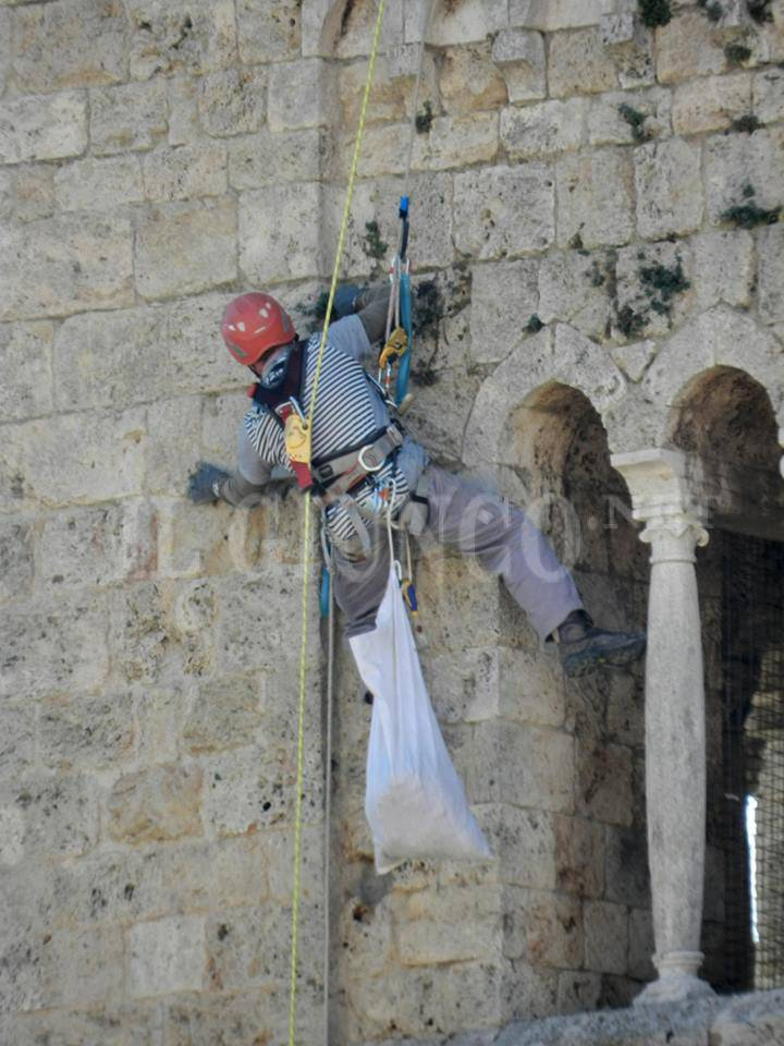 Operai acrobati sul Duomo di Massa Marittima