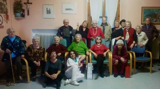 Festa di natale e apericena per gli anziani della casa for Piccoli piani di casa per gli anziani