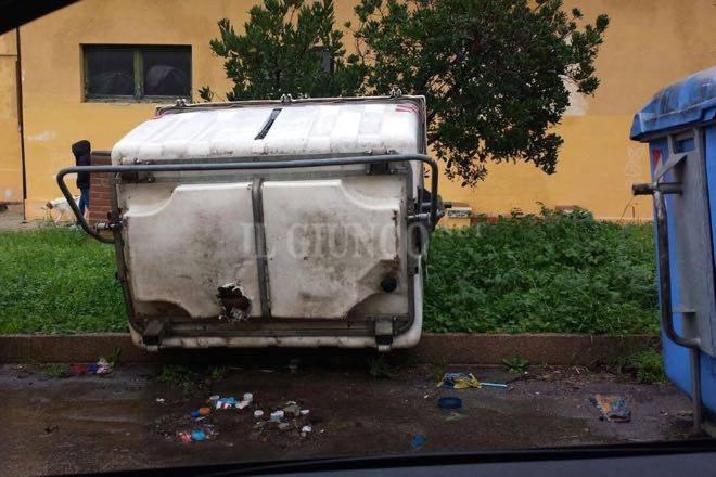 Maltempo il vento rovescia e trascina i cassonetti in mezzo alla strada - Bagno di gavorrano ...