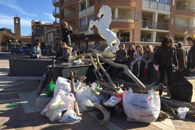 Marina di Grosseto studenti puliscono spiaggia dai tronchi