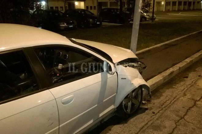 Incidente in via Rossini auto contro palo della luce