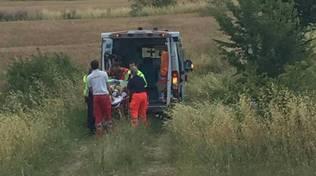 Ciclista finisce in fossa ambulanza campagna campo