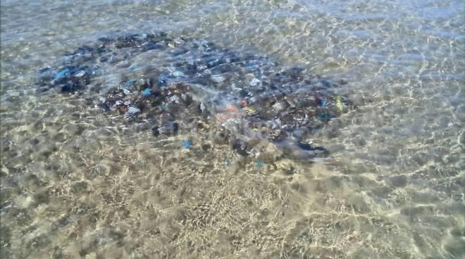 balla rifiuti sommersa