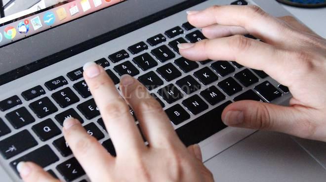 tastiera mani donna lavoro web