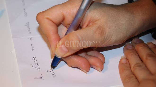 Scrittura corsivo mani penna