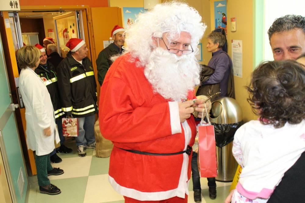 Foto di il babbo natale dei vigili del fuoco porta il - Babbo natale porta i regali ai bambini ...