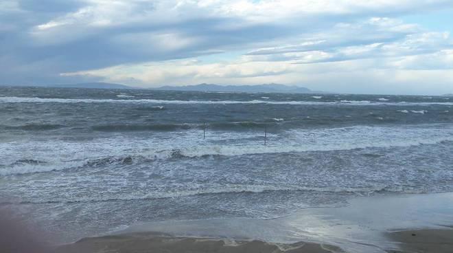Maltempo mareggiata sulla costa il video delle vento a for Lungomare elevato