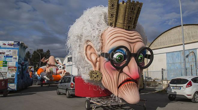 Carro di Carnevale crolla, paura a Follonica: 5 feriti