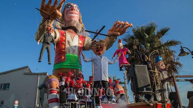 Carnevale di Follonica: crolla il mascherone Renzi-Gentiloni, 4 feriti