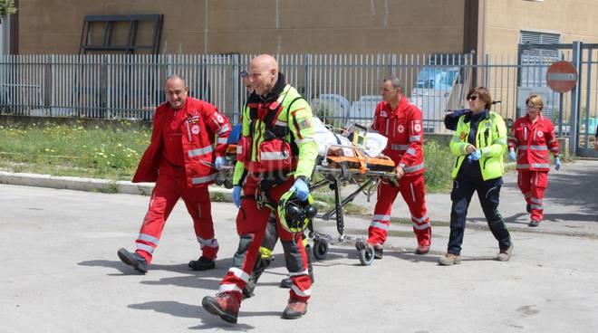 Operaio 71 anni morto, caduto da tetto