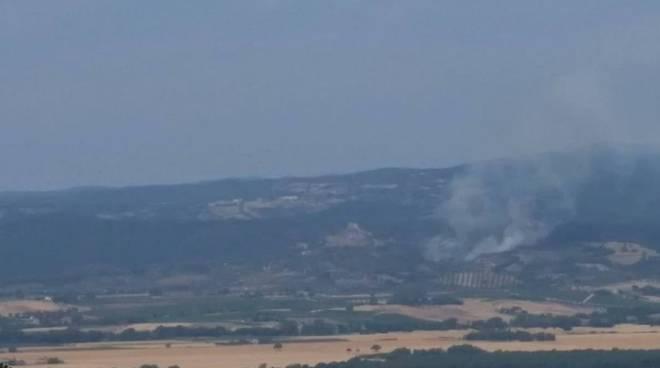 Montemassi, Roccastrada (GR), incendio lambisce case del paese