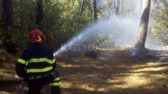 Incendi, evacuati campeggio a Capalbio. Fumo sul lido dei vip, l'