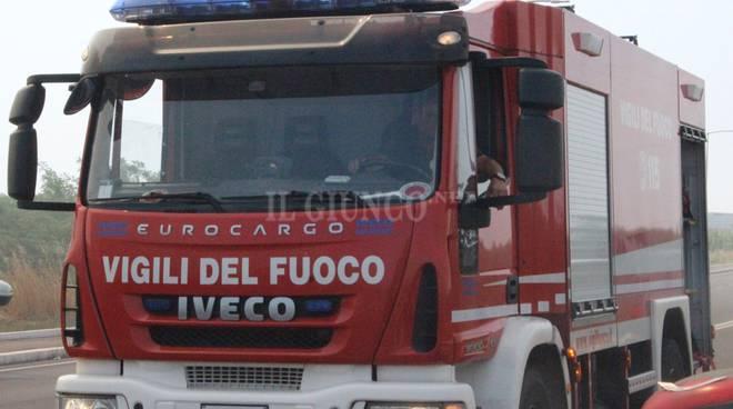 Ferrari va a fuoco sulla strada: intervento dei Vigili del fuoco