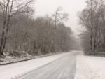 Strada con neve e ghiaccio