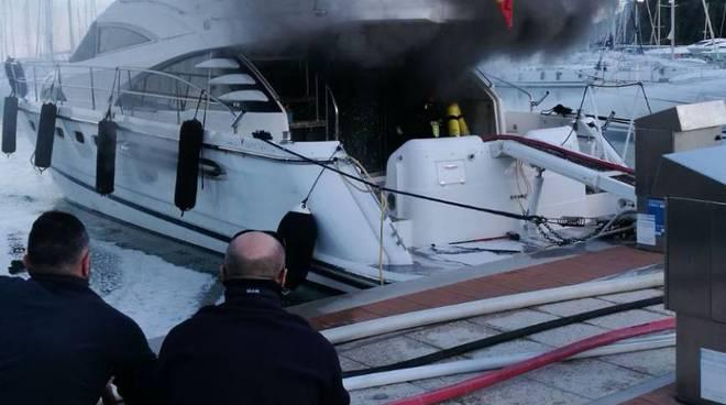 barca a fuoco vvf