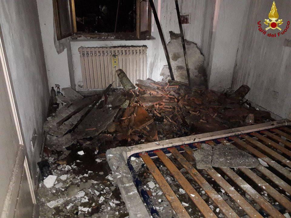 Foto di a fuoco il tetto della casa del prete: bruciano le travi e