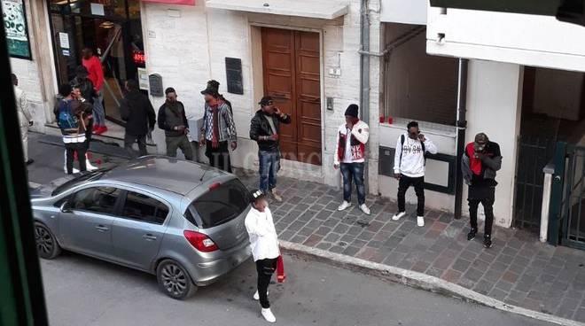 Calci e pugni ai Carabinieri: arrestato dopo lite in un locale