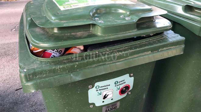 Cassonetti e rifiuti via Sauro