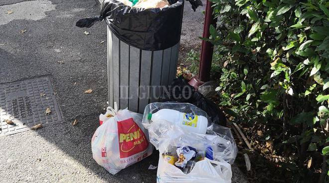rifiuti abbandonati via Sauro 12 giugno 2018