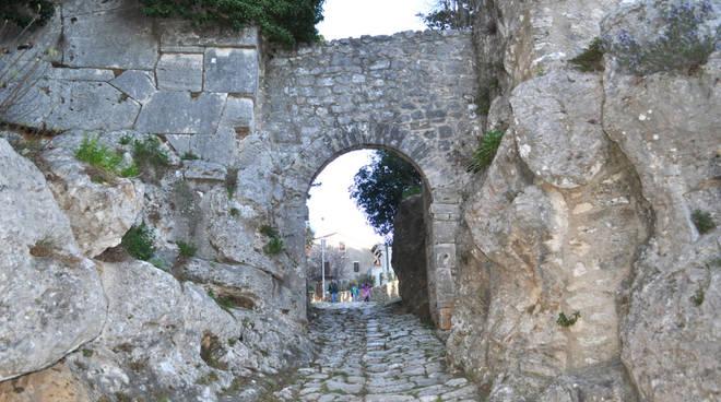 Saturnia porta romana