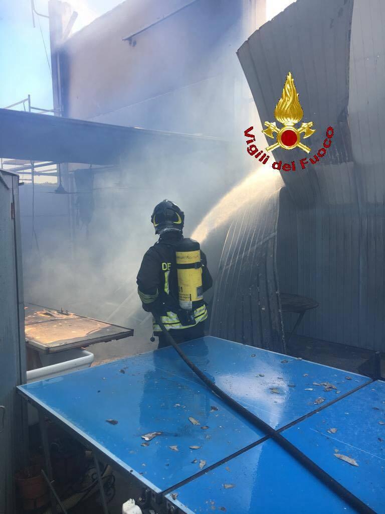 fuoco capannone Riotorto