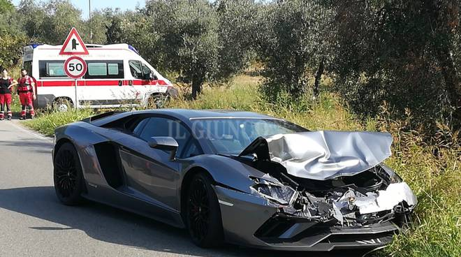 incidente auto distrutta