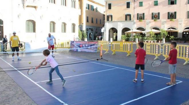 Tennis in piazza Avis (foto da facebook Avis Comunale Gr)