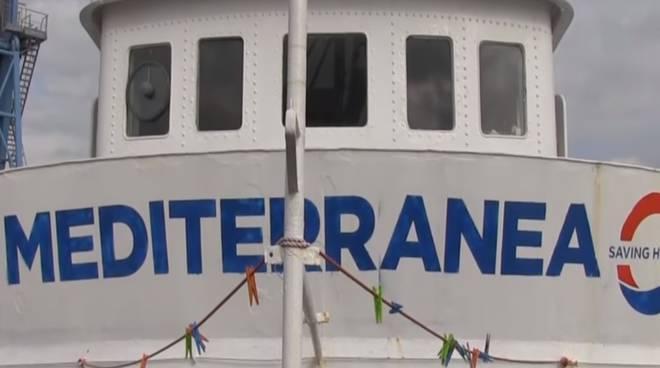 Migranti, Ong italiana soccorre 49 persone. Salvini: