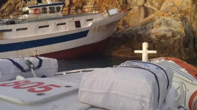 barca incagliata Montecristo