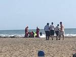 muore in spiaggia