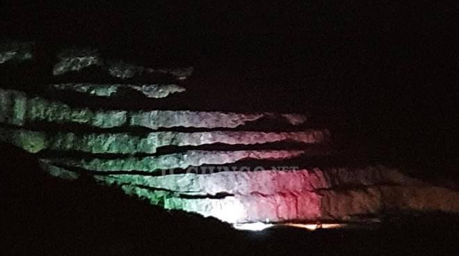 bandiera italiana teatro Rocce