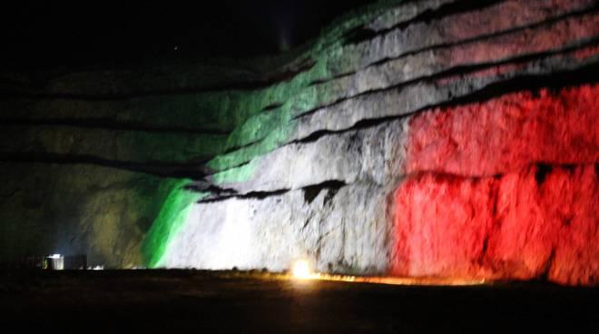 Teatro delle Rocce con i colori della bandiera italiana