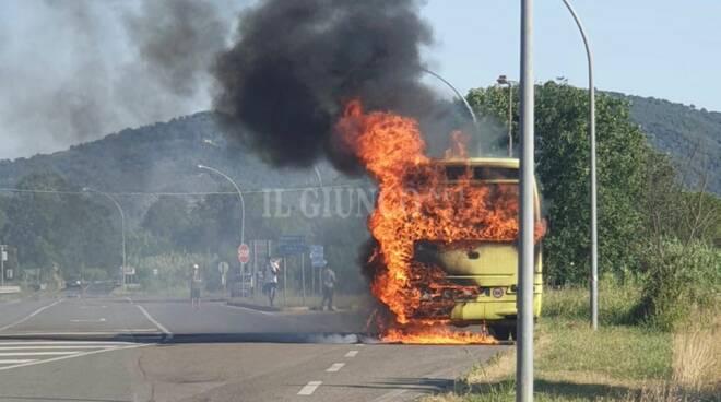 autobus incendiato