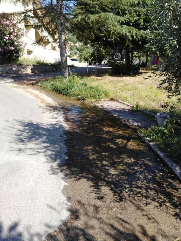 Perdita d'acqua in via Belvedere