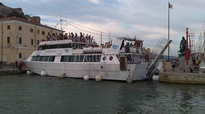 Nave blocca il porto