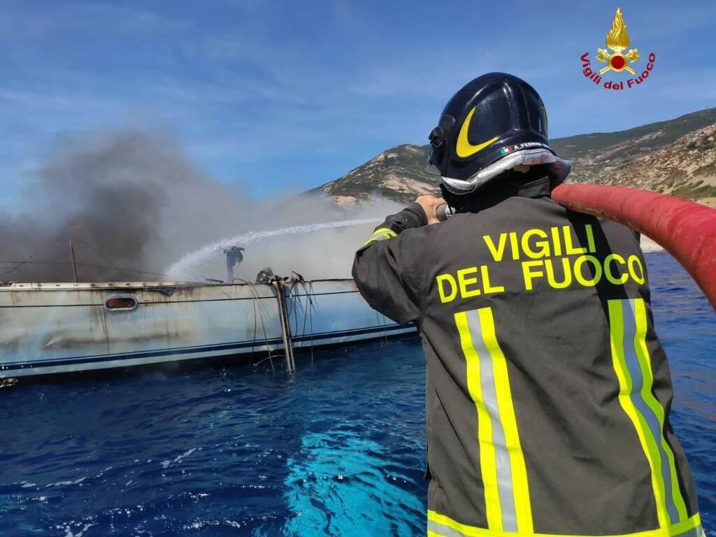 Yacht a fuoco 18 agosto
