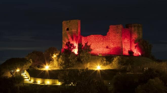 Rocca pisana illuminata di rosso 2020