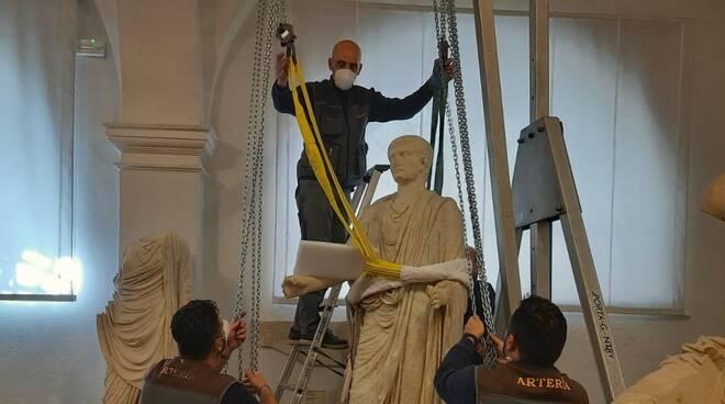 statua per mostra a londra