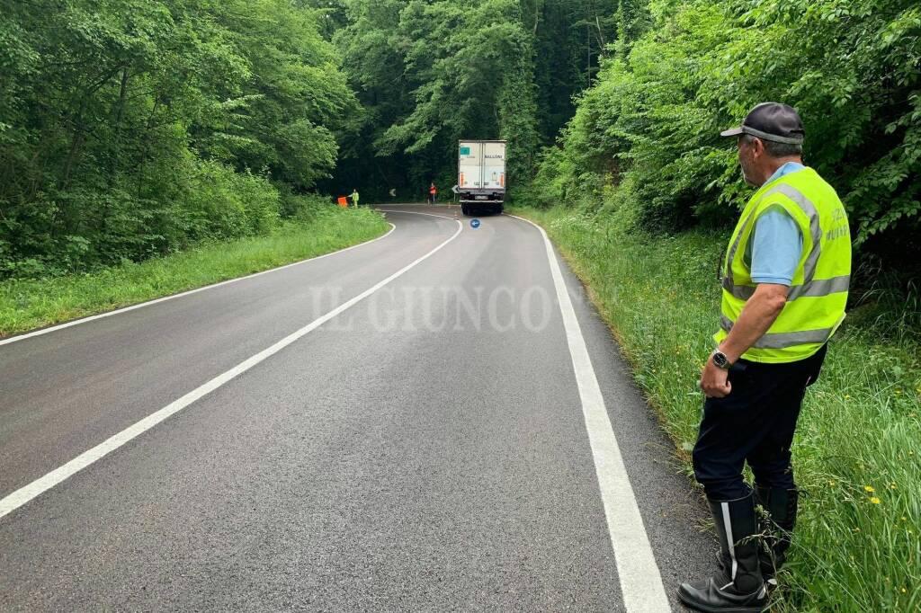 camion esce di strada