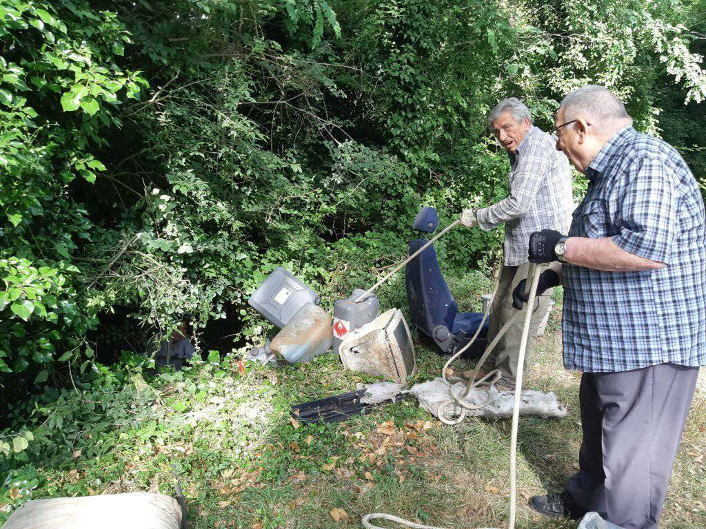 I cittadini raccolgono i rifiuti