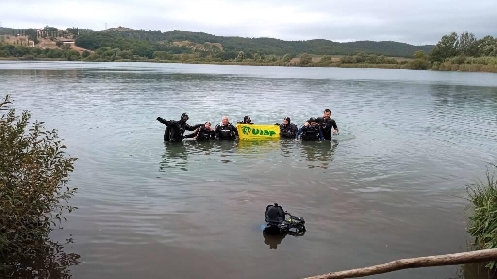 Pulizia lago Accesa coi sub