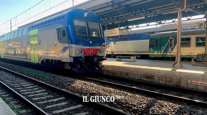 Treno stazione ferrovia 2021